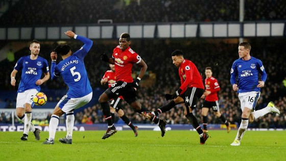 Jesse Lingard tung cú sút ấn định chiến thắng cho Man.United. Ảnh: Getty Images