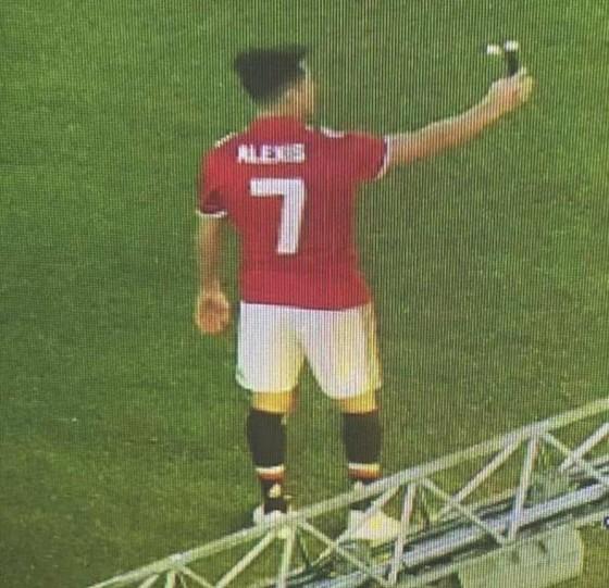 """Hình ảnh Alexis Sanchez """"tự sướng"""" trên sân Old Trafford."""