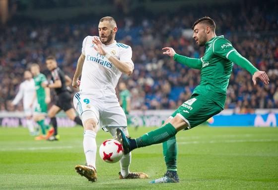 Benzema (trắng) ghi bàn, Real vẫn để thua nhục nhã. Ảnh: Getty Images.