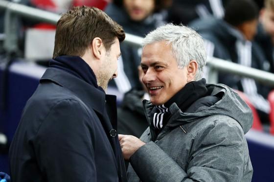 HLV Jose Mourinho (phải) khá thoải mái trò chuyện với đồng nghiệp Mauricio Pochettino. Ảnh: Getty Images