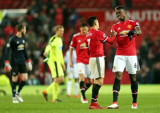 Paul Pogba (phải) chúc mừng Alexis Sanchez vì màn ra mắt khá tốt. Ảnh: Getty Images