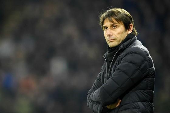 HLV Antonio Conte thật sự cảm nhận mọi thứ đang vượt tầm kiểm soát. Ảnh: Getty Images