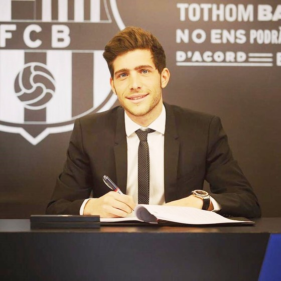 Roberto đã gia hạn với Barca. Ảnh: Getty Images