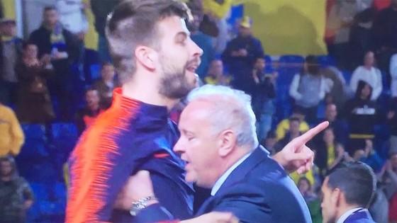 """Pique (trái) đòi lao vào """"ăn thua đủ"""" với trọng tài Mateu Lahoz. Ảnh Marca."""