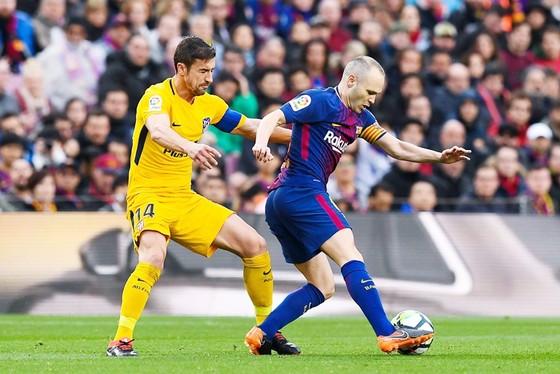 Iniesta (đỏ xanh) dính chấn thương.Ảnh: Getty Images.