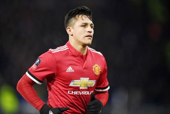 Hình ảnh thất vọng thường trực của Alexis Sanchez trong màu áo Man.United. Ảnh: Getty Images