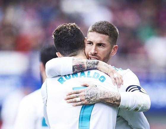 Quyền lực của Ronaldo dưới Ramos. Ảnh: Getty Images