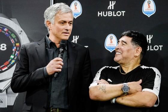 Jose Mourinho (trái) thoải mái bên cạnh huyền thoại Diego Maradona tại một sự kiện mới đây ở Thụy Sĩ. Ảnh: Getty Images