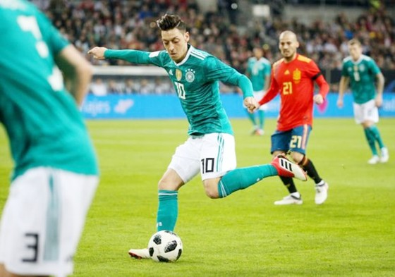 Oezil (10) được cho là tiết lộ bí mật với đồng đội cũ Ramos. Ảnh: Getty Images