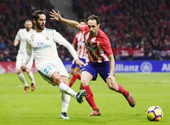 Isco (trái) hội đủ mọi phẩm chất mà HLV Pep Guardiola muốn có. Ảnh: Getty Images