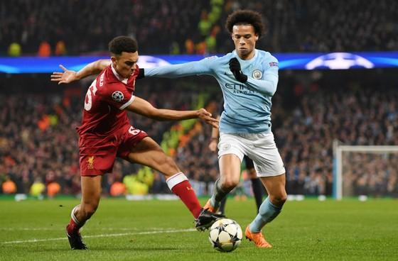 Leroy Sane (phải, Man.City) lần này đã vượt qua Trent Alexander-Arnold (Liverpool), nhưng không thể thắng trọng tài. Ảnh: Getty Images