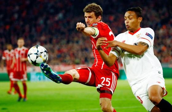 Bayern Munich (trái) dù gây thất vọng nhưng quan trọng là đã hoàn thành mục tiêu đi tiếp. Ảnh: Getty Images