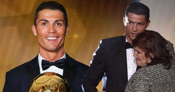 Ronaldo nâng cao Quả bóng Vàng thế giới trong vòng tay của mẹ. Ảnh: The Mirror