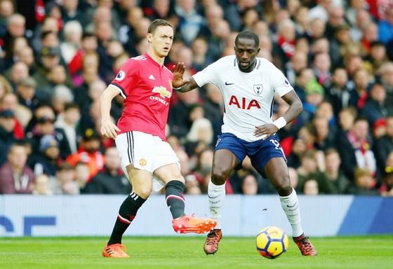 Nemanja Matic (trái, Man.United) đối đầu Moussa Sissoko (Tottenham). Ảnh: Getty Images