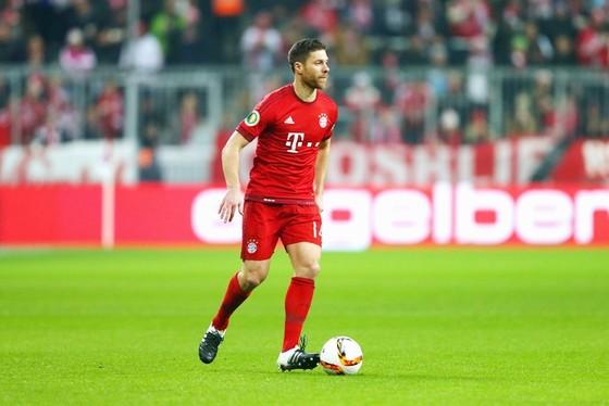 Dù thi đấu cho Bayern, nhưng Alonso lúc nào cũng được CĐV Real yêu quý. Ảnh: Getty Images
