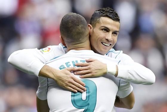 Benzema liệu có được chọn đá cặp với Ronaldo trên hàng công. Ảnh: Getty Images