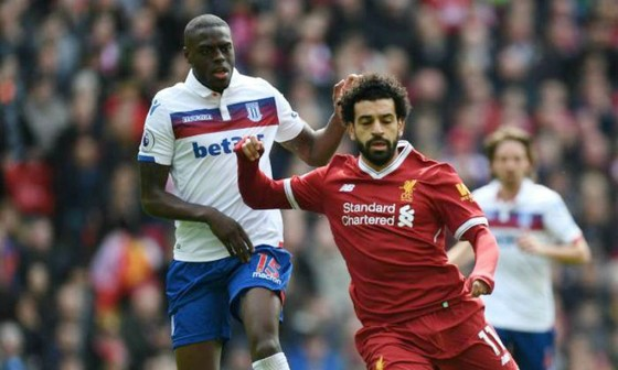 Mohamed Salah đi bóng trước Bruno Martins Indi cuối tuần qua. Ảnh: Getty Images