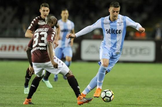 Sergej Milinkovic-Savic (phải) tỏa sáng trong màu áo Lazio. Ảnh: Getty Images