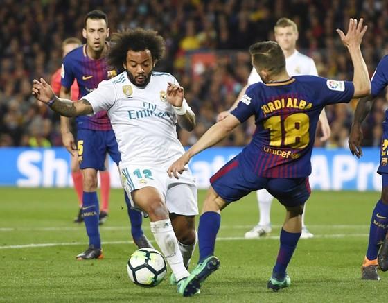 """Ronaldo """"điên máu"""" với trọng tài sau trận hòa trước Barca ảnh 1"""