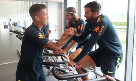 Roberto Firmino (trái) và vui đùa Alisson khi tập trung cùng tuyển Brazil. Ảnh: O Globo