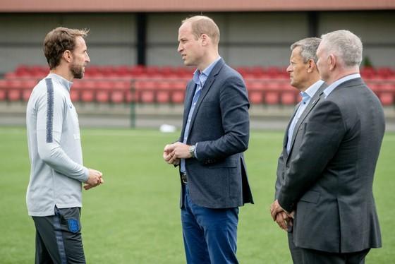 HLV Gareth Southgate (trái) và các học trò chào đón chuyến thăm của Hoàng tử William. Ảnh: Getty Images