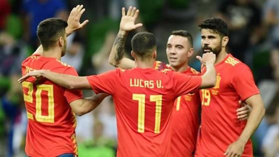 Tuyển Tây Ban Nha mừng chiến thắng tối thiểu trước Tunisia. Ảnh: Getty Images