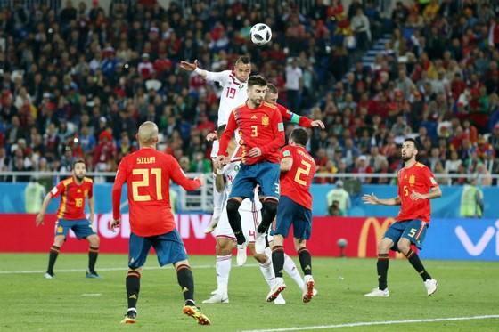"""Các trung vệ hàng đầu Sergio Ramos, Gerard Pique đã bị Youssef En Nesyri """"qua mặt"""" trong bàn thua thứ 2. Ảnh: Getty Images"""