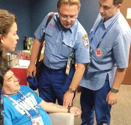 Maradona phải nhờ đến sự chăm sóc của nhân viên y tế. Ảnh Ảnh: Twitter.