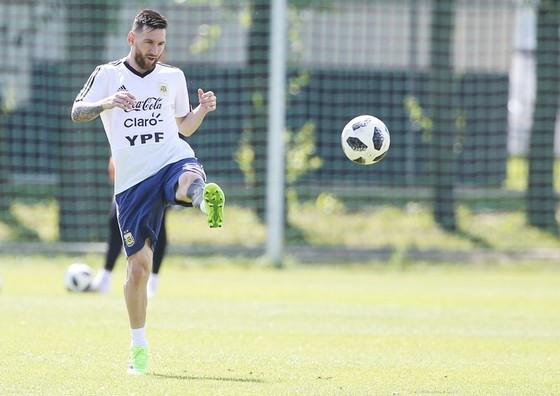HLV Deschamps không có kế hoạch cụ thể khóa chặt Messi. Ảnh: Getty Images