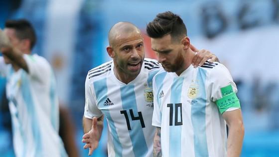 Javier Mascherano (trái) không muốn Lionel Messi đưa ra quyết định chia tay như anh. Ảnh: Getty Images