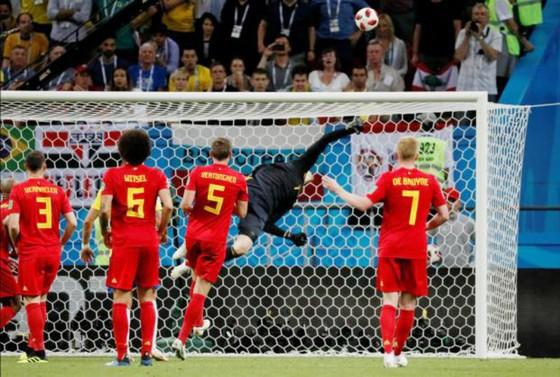 """Cú bay người tuyệt diệu của Thibaut Courtois ở phút bù giờ đã tránh tuyển Bỉ cảnh """"đêm dài lắm mộng"""". Ảnh: Getty Images"""