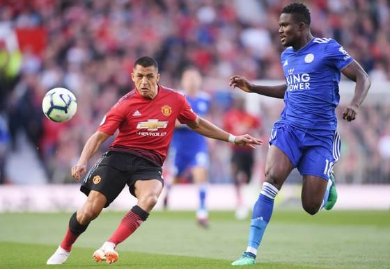 Alexis Sanchez (trái) trong trận khai màn thắng Leicester. Ảnh: Getty Images