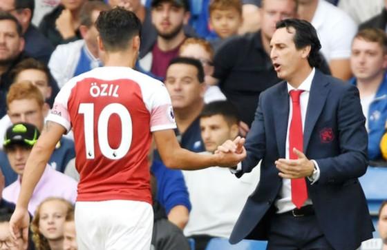 HLV Unai Emery khẳng định mối quan hệ với Mesut Oezil rất tốt. Ảnh: Getty Images