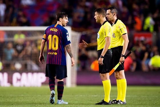 Barcelona - Girona 2-2: Messi ghi bàn, Barca thoát hiểm dù thiếu người ảnh 1