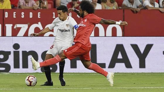 Marcelo luôn đuối sức trước những pha đi bóng của Navas. Ảnh Marca.