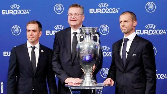 Philipp Lahm (trái) mừng chiến thắng. Ảnh: Reuters