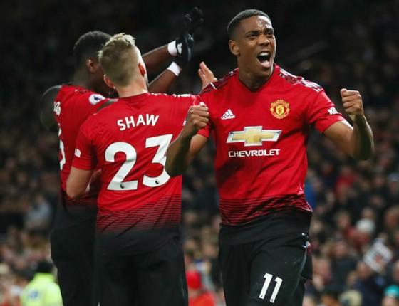 Anthony Martial và cầu thủ Man.United ăn mừng nỗ lực ngược dòng. Ảnh: Getty Images