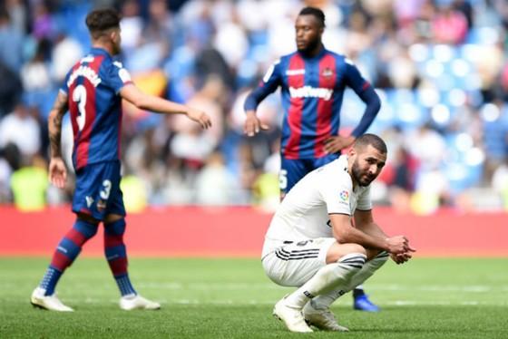 Karim Benzema thất vọng trước niềm vui chiến thắng của Levante.