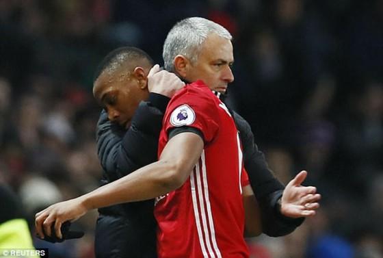 Hình ảnh thân thiện khi HLV Jose Mourinho thay Anthony Martial ở trận gặp Chelsea. Ảnh: Getty Images