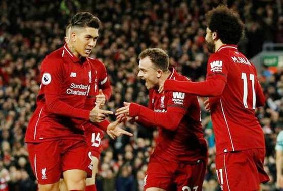 Lần này, đến lượt Roberto Firmino (trái) sắm vai người hùng của Liverpool. Ảnh: Getty Images