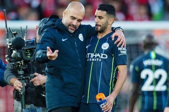 HLV Pep Guardiola xin lỗi khi Riyad Mahrez ít có cơ hội đá chính. Ảnh: Getty Images