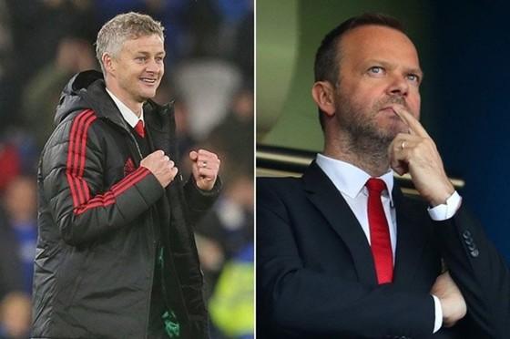 HLV Ole Gunnar Solskjaer dường như đã nhận được sự tín nhiệm của Ed Woodward. Ảnh: Manchester United News