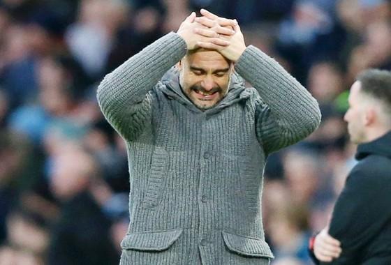 HLV Pep Guardiola chắc chắn đang đau đầu với những tình huống mà đội bóng của ông phải đối mặt. Ảnh: Getty Images