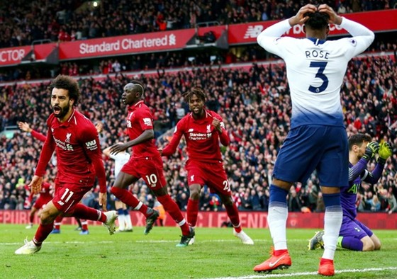 Liverpool mừng chiến thắng nghẹt thở. Ảnh: Getty Images