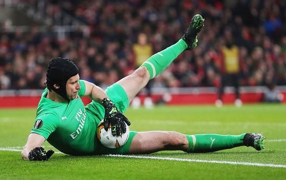 """Europa League: Giúp Arsenal tiến sát bán kết, Cech mơ về """"ngày treo giày hoản hảo"""" ảnh 1"""