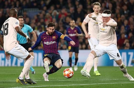 Lionel Messi tung cú sút ghi bàn thứ 2 trong trận đấu. Ảnh: Getty Images