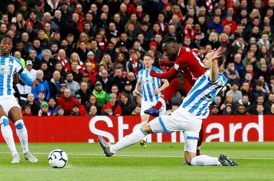 Naby Keita ghi dấu vào lịch sử Liverpool với bàn thắng mở tỷ số. Ảnh: Getty Images
