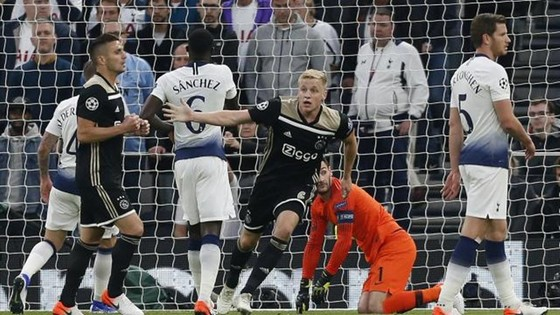 Donny van de Beek giúp Ajax tạo lợi thế lớn. Ảnh: Getty Images