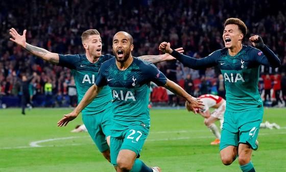 Lucas Moura (giữa) đã giúp Tottenham làm nên màn ngược dòng kỳ vĩ. Ảnh: Getty Images