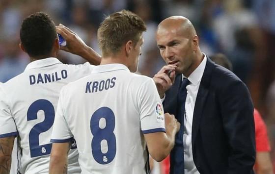 """Vừa cam kết tương lai, Kroos lập tức """"tuyên chiến"""" Pogba ảnh 1"""